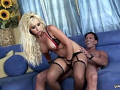 Lusty blonde tramp Jessica Lynn services a rock solid meatpipe